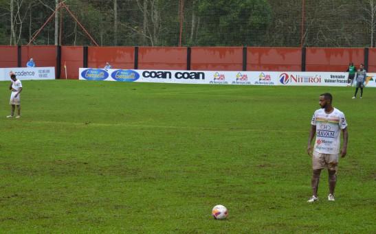 Faísaca, autor do cruzamento que resultou no gol, testando o pé em cobrança de falta ainda no primeiro tempo. (Foto: Lucas Gabriel Cardoso)