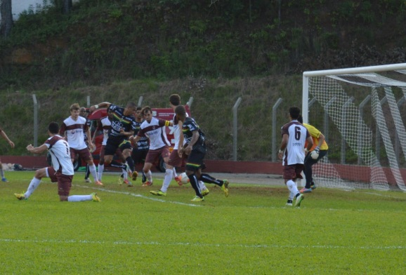 Momento do magistral toque de letra de Cleyton, no primeiro gol do Brusque (Foto: Lucas Gabriel Cardoso)