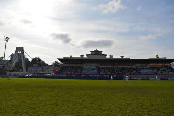 Estádio Augusto Bauer com a Ponte Irineu Bornhausen à esquerda (Foto: Lucas Gabriel Cardoso)