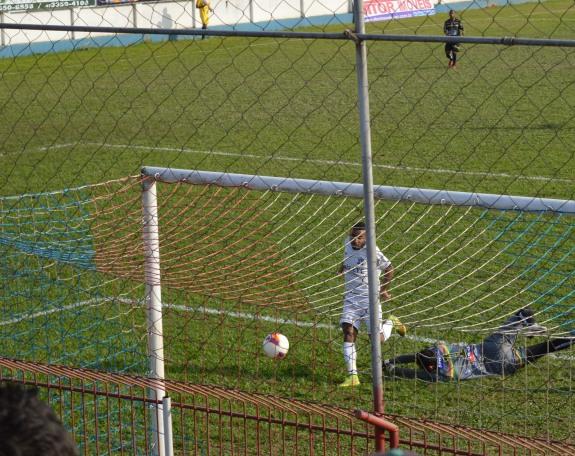 Dionísio só teve o trabalho de escorar a bola para o fundo das redes... (Foto: Lucas Gabriel Cardoso)