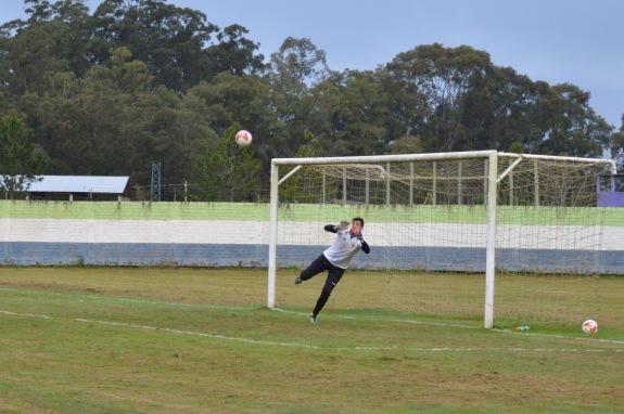 Goleiro Júlio Cesar voou para pegar o chute de Pato... (Foto: Lucas Gabriel Cardoso)