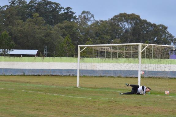...mas não achou nada. Gol da virada cruzeirista. (Foto: Lucas Gabriel Cardoso)