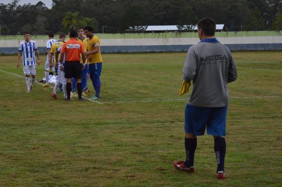 Intervenção honesta do bandeirinha improvisado, que afirmou não ser pênalti para o próprio time. (Foto: Lucas Gabriel Cardoso)