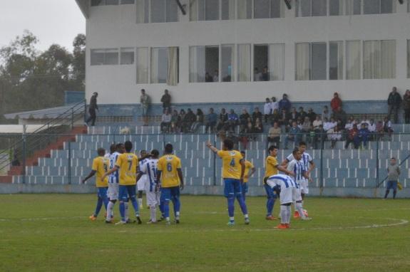 Nem parecia amistoso. Juizão Edson Alves teve trabalho para conter os ânimos dos jogadores no começo da partida. (Foto: Lucas Gabriel Cardoso)