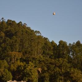 Bola viaja pelo céu da bonita Ibirama. (Foto: Lucas Gabriel Cardoso)