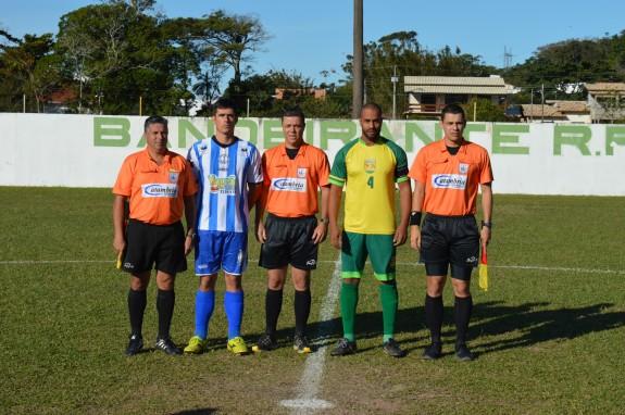 Trio de arbitragem com os capitães das duas equipes. (Foto: Lucas Gabriel Cardoso)