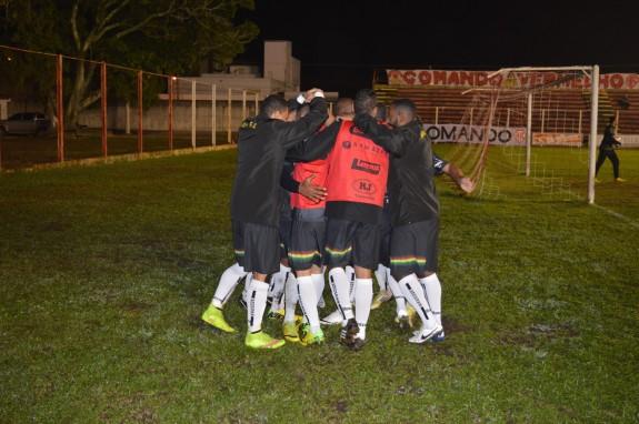 Eydison deu o toquinho para o gol e saiu para comemorar com os reservas que aqueciam atrás do gol. (Foto: Lucas Gabriel Cardoso)