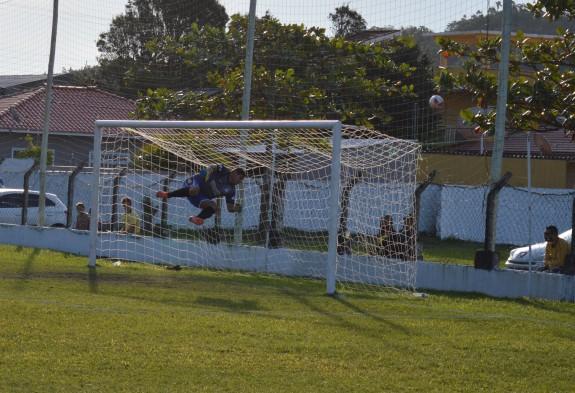 Goleiro Felipe voa para evitar o gol de falta do Bandeirante no final do primeiro tempo. (Foto: Lucas Gabriel Cardoso)