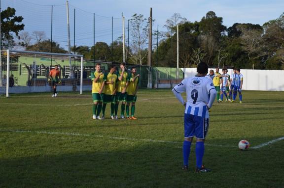 Flávio pronto para mandar a bola na área do Bandeirante. (Foto: Lucas Gabriel Cardoso)