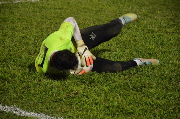 Douglas ganhando um tempo com a bola, após o gol de empate. Detalhe para a calça do Mixto de Cuiabá (Foto: Lucas Gabriel Cardoso)