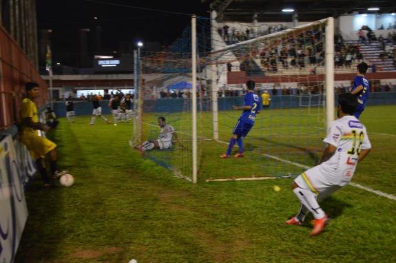 Paulinho, que entrou no segundo tempo, faz a jogada pela esquerda, mas Simião não alcançou. (Foto: Lucas Gabriel Cardoso)
