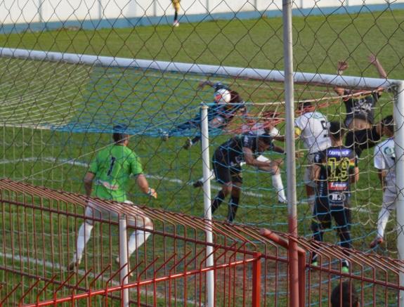 Eliomar, mesmo desequilibrado, conseguiu completar o cruzamento de Paulinho. (Foto: Lucas Gabriel Cardoso)