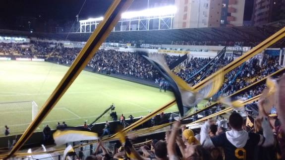 De trás do gol, ao lado da inigualável torcida Os Tigres, acompanhei a triste eliminação do Criciúma. (Foto: Lucas Gabriel Cardoso)