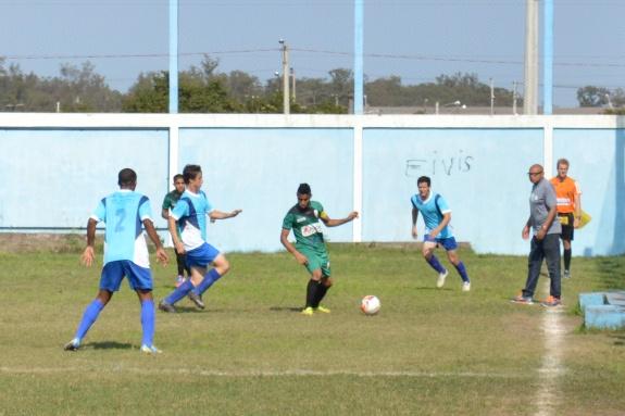 O técnico Valdir Lemos, do Estância, assistiu boa parte do jogo de dentro do campo. (Foto: Lucas Gabriel Cardoso)