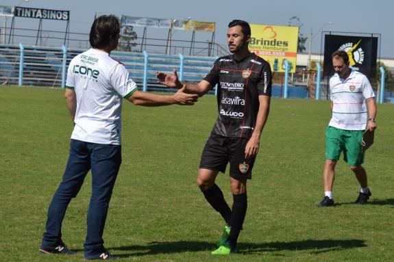 No final, o técnico Rodrigo Bandeira cumprimentou jogador por jogador pelo empenho demonstrado até o final. (Foto: Lucas Gabriel Cardoso)