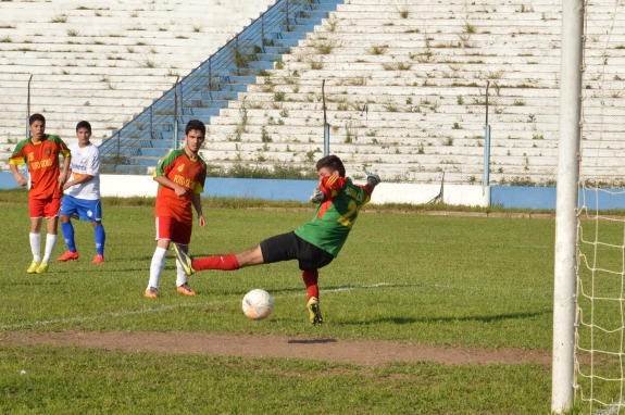 Defesa do Nacional só observa a bola tomando o rumo das redes, pegando o goleiro Henrique no contrapé. (Foto: Lucas Gabriel Cardoso)