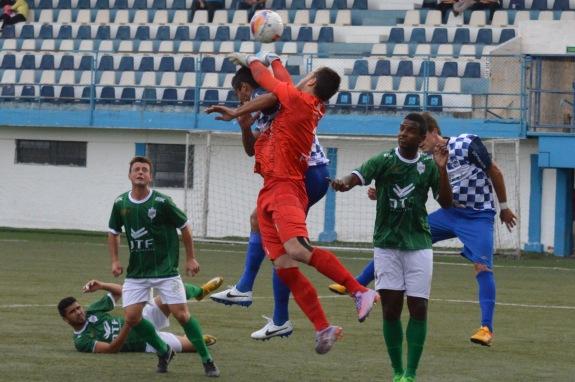 Falta bem assinalada pela bandeirinha Luiza Reis, em jogada que resultaria no segundo gol do São José. (Foto: Lucas Gabriel Cardoso)