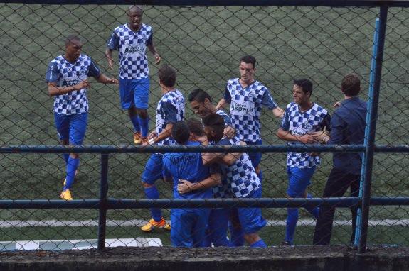 Jogadores foram comemorar com o estreante técnico Thiago Gomes. (Foto: Lucas Gabriel Cardoso)