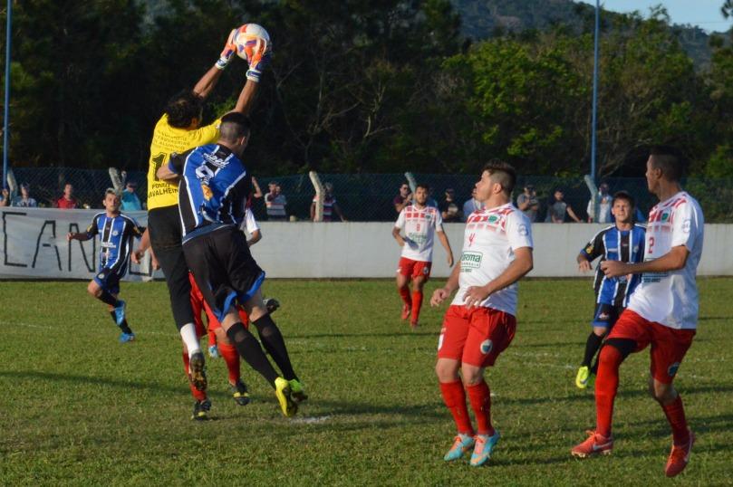 Com o Grêmio Cachoeira precisando de dois gols para se classificar, o time se jogou ao ataque e tentou de todas as formas balançar as redes do seguro goleiro Jailson. (Foto: Lucas Gabriel Cardoso)