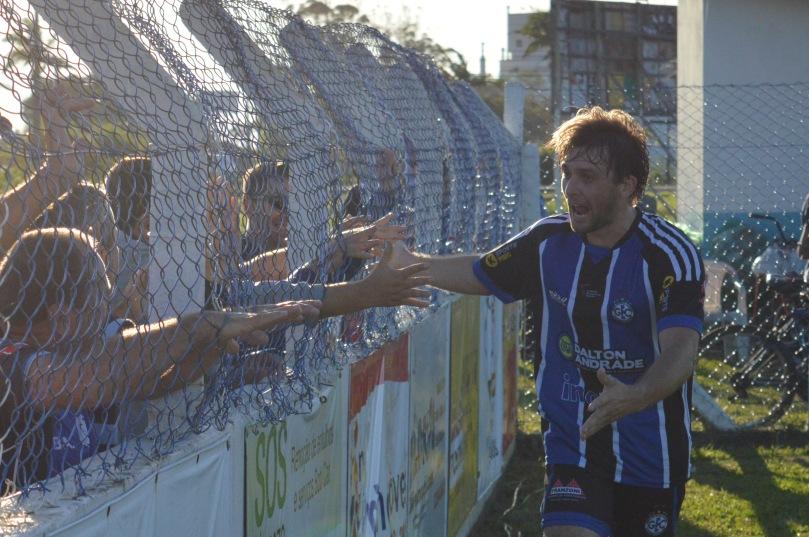 Alambrado. O elo entre a torcida e os jogadores durante os 90 minutos. (Foto: Lucas Gabriel Cardoso)