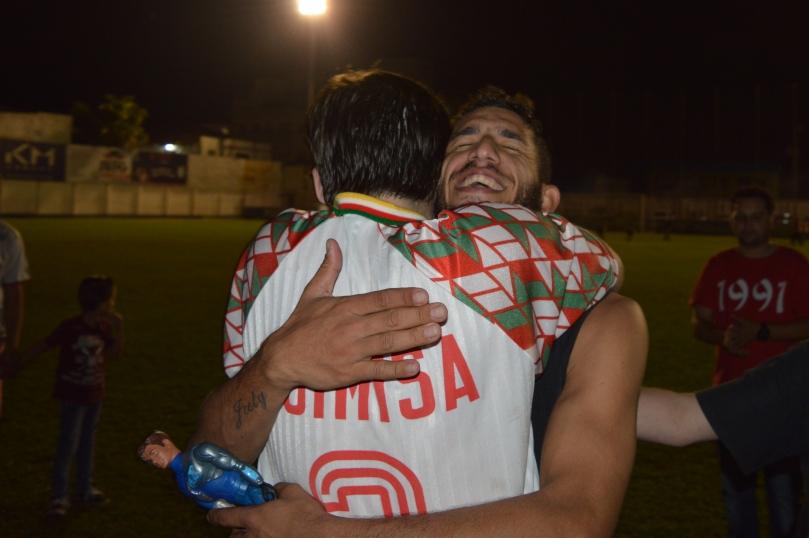 Final feliz de uma campanha de altos e baixos representado no abraço emocionado entre o fã número 1 Célio e seu ídolo João Neto. (Foto: Lucas Gabriel Cardoso)