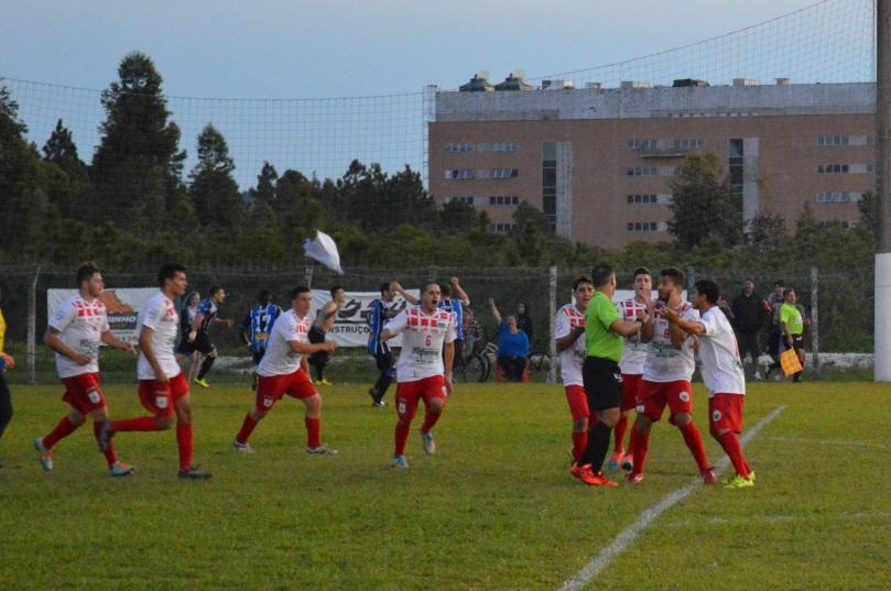 Enquanto o VT discutia, o Grêmio comemorava o suado gol da virada. (Foto: Lucas Gabriel Cardoso)