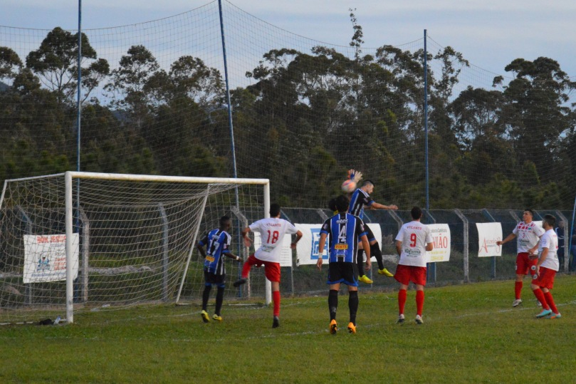 De fato, houve um contato entre o goleiro e o atacante. (Foto: Lucas Gabriel Cardoso)