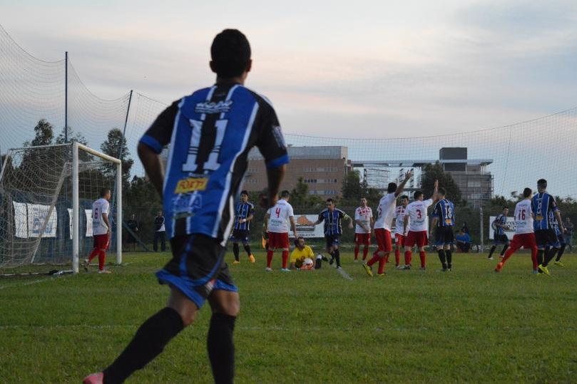 Resumo do segundo tempo: Grêmio Cachoeira jogando bolas na área e o VT Canto administrando o tempo. (Foto: Lucas Gabriel Cardoso)