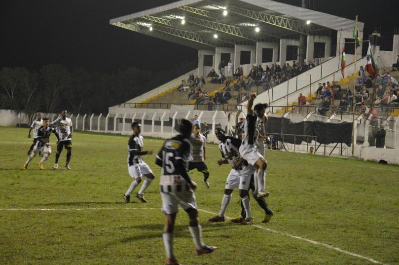 Apesar do time estar cumprindo tabela, a torcida compareceu para a despedida do time em casa. (Foto: Lucas Gabriel Cardoso)