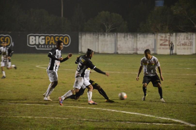 Brusque teve mais posse de bole, mas a forte marcação do Operário não deixou o time do Vale jogar. (Foto: Lucas Gabriel Cardoso)