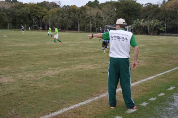 O Grêmio jogava com tamanha facilidade que deixava o técnico do Gaúcho desesperado à beira do gramado. (Foto: Lucas Gabriel Cardoso)