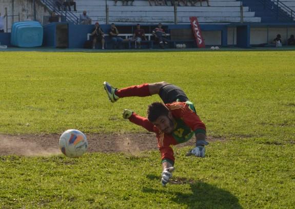 E olha que se não fosse o goleiro Henrique, a goleada poderia ter sido pior. (Foto: Lucas Gabriel Cardoso)
