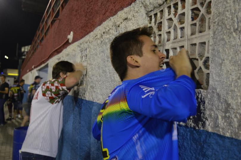 Torcedores pedindo para o time dar o sangue pelo acesso, em uma janelinha do vestiário. (Foto: Lucas Gabriel Cardoso)