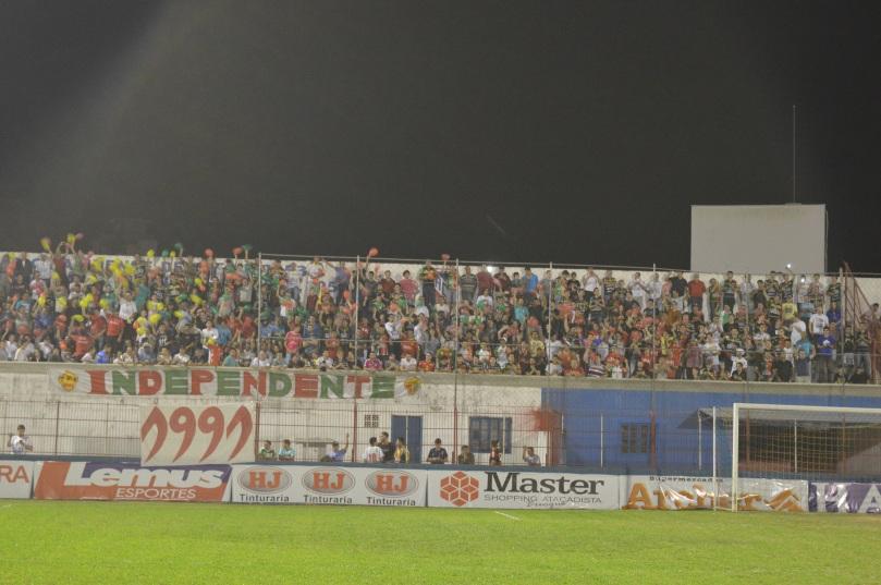 Setor atrás do gol esteve completamente lotado em plena noite de segunda-feira. (Foto: Lucas Gabriel Cardoso)