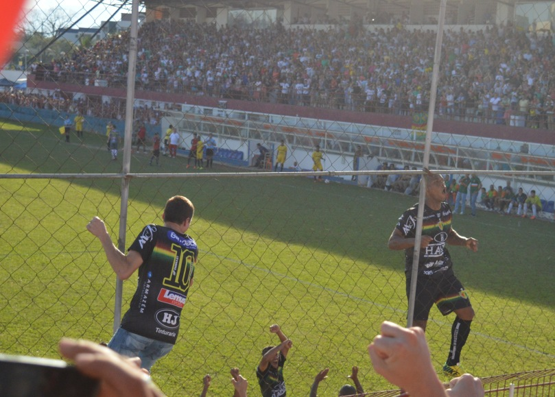O matador Eydison escalou realmente bastante o alambrado para comemorar junto ao seu torcedores, após o primeiro gol. (Foto: Lucas Gabriel Cardoso)