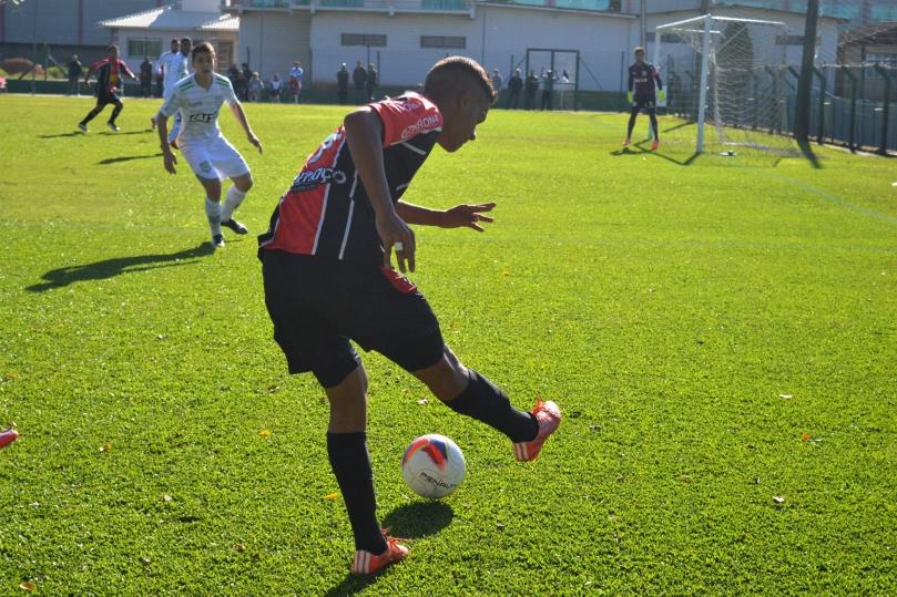 As melhores chances se sucederam pelo lado direito do ataque jequeano, com Adriano. (Foto: Lucas Gabriel Cardoso)