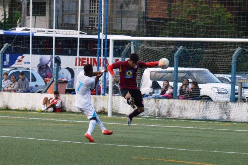 Em determinando momento, Anderson saiu extraordinariamente bem do gol, evitando o terceiro gol... (Foto: Lucas Gabriel Cardoso)