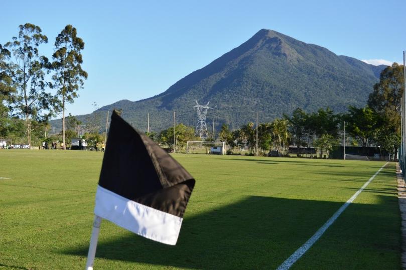 Mais uma vez o Morro do Cambirela se fez presente na paisagem de uma partida d'O Cancheiro. (Foto: Lucas Gabriel Cardoso)