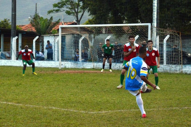 Cobrança de falta de Arisson, que resultou no quarto gol dos visitantes. (Foto: Lucas Gabriel Cardoso)