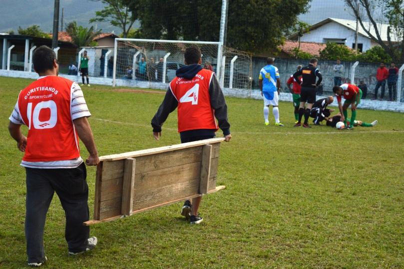 Maqueiros improvisados momentos antes da partida. (Foto: Lucas Gabriel Cardoso)