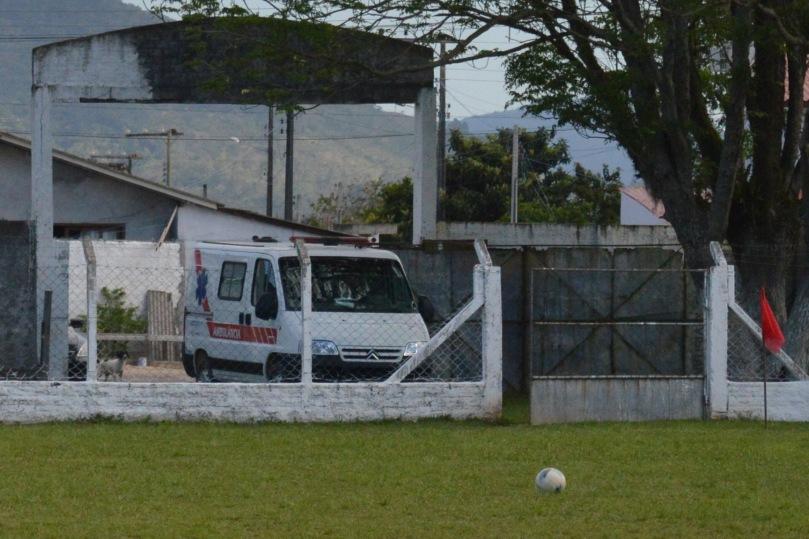 Eis o lance mais comemorado da partida: a chegada da ambulância, para fazer a bola, até então parada, finalmente rolar. (Foto: Lucas Gabriel Cardoso)