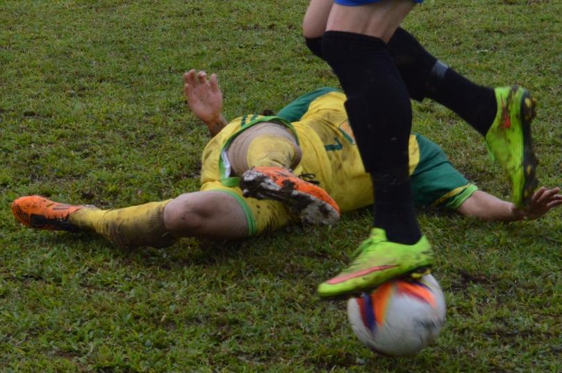 Juninho, autor do primeiro gol, entrando de carrinho. (Foto: Lucas Gabriel Cardoso)