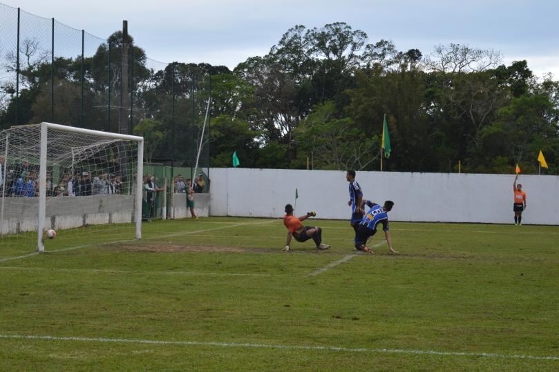 Felipe Rosino completou para o gol, mas o bandeirinha já assinalava o impedimento. (Foto: Lucas Gabriel Cardoso)