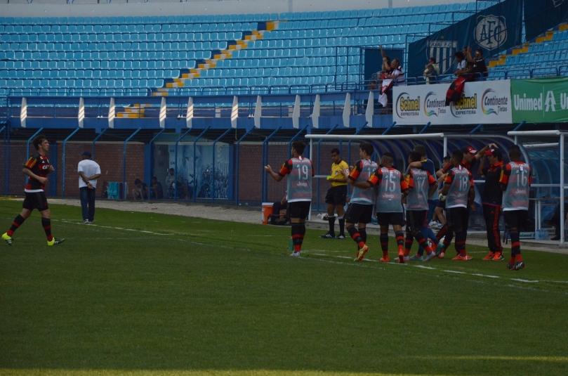 Pequena torcida do Flamengo e jogadores reservas comemorando o primeiro gol da partida. (Foto: Lucas Gabriel Cardoso)