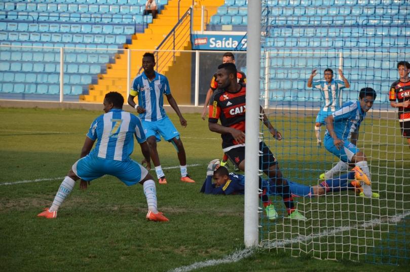 A tarde não era de sorte para o Avaí. Nesse lance, notem o desespero de Luiz Henrique, ao fundo, após cruzar e a bola passar por 3 atacantes e não entrar. (Foto: Lucas Gabriel Cardoso)