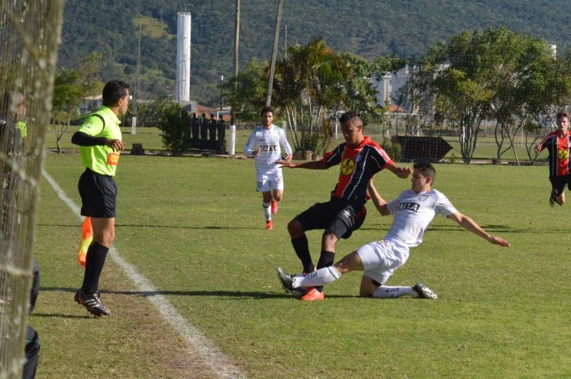 Já com a bola rolando, entrei no gramado e me posicionei na lateral do campo de ataque do Joinville. (Foto: Lucas Gabriel Cardoso)