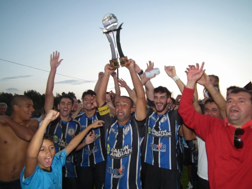Grêmio levantando a taça de campeão da Copa Interligas da Grande Florianópolis. (Foto: Matheus Pereira/Desprovidos de Fama)