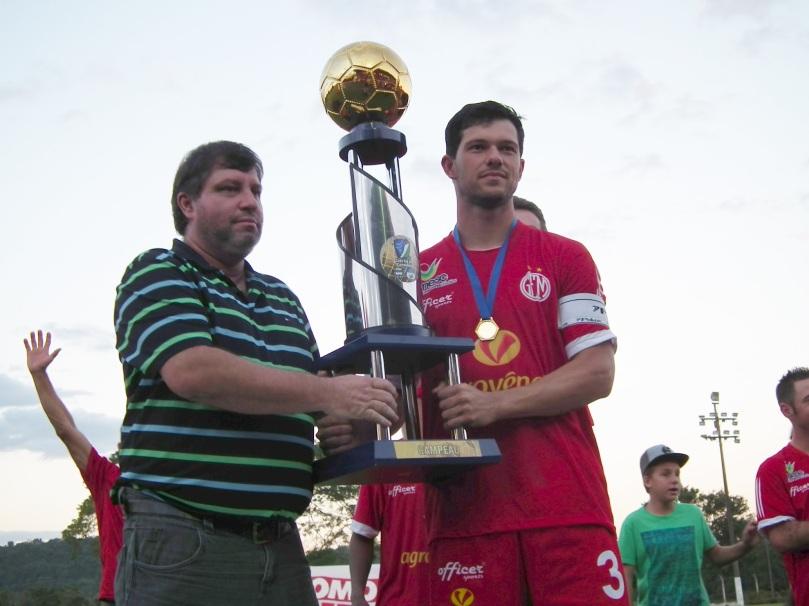 Capitão Cleiton levanta a taça da Copa Sul dos Campeões (Foto: Matheus Pereira/Desprovidos de Fama)