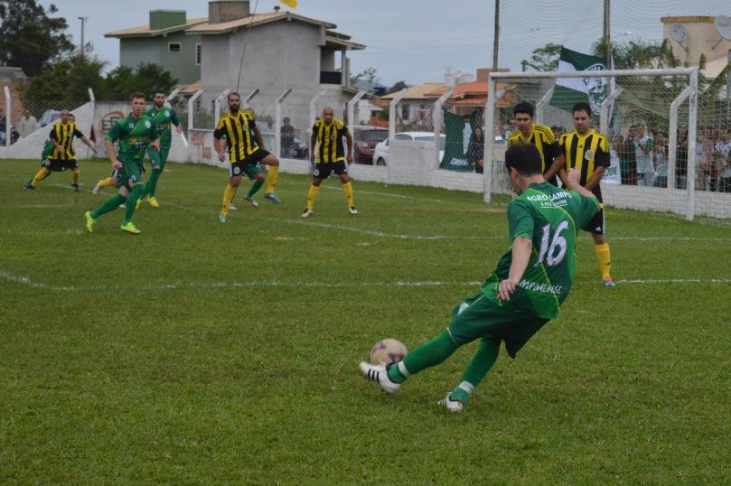 Gil tentou surpreender o goleiro Songa em duas faltas laterais cobradas na direção do gol. (Foto: Lucas Gabriel Cardoso)