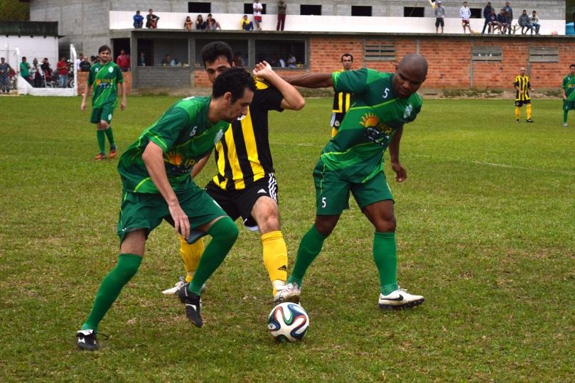 Dauri, no auge de seus quase 42 anos, brigava pela bola como se fosse um guri. Aqui, trava um duelo com Itauê e Jackson. (Foto: Lucas Gabriel Cardoso)